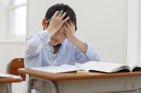 授業中に具合が悪くなった小学生