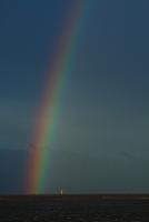 干潟にたなびく虹