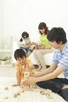 リビングでくつろぐ日本人家族と犬