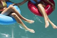 プールで浮き輪に座る外国人女性