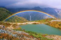 長野県 紅葉の八方池と虹 八方尾根