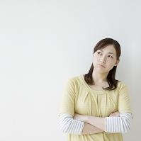 腕を組んだ日本人女性
