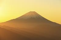 山梨県 櫛形山林道 朝日差す富士山と山並み