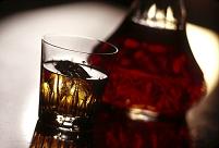 ウイスキーグラスとボトル