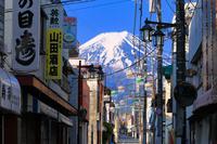 山梨県 西裏通りの商店街越しに見る富士山