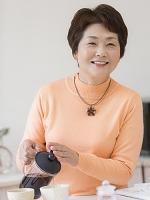 紅茶を入れる日本人のシニア女性