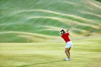 女子ゴルフ選手のアイアンショット