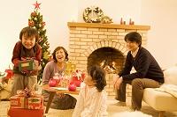 クリスマスを楽しむ日本人家族