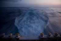 航海中の船