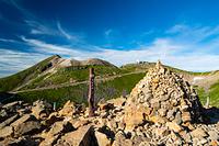 富士見岳山頂のケルンと剣ヶ峰