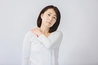 肩を押さえる40代日本人女性