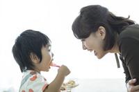 食事をする日本人の男の子と母親