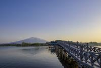青森県 鶴田町 鶴の舞橋と岩木山