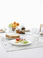 朝食とテーブルセッティング