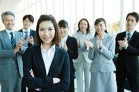 腕を組む日本人ビジネスウーマン
