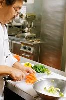 野菜を切るコック