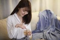 部屋で飲酒をする日本人女性