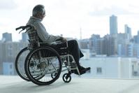 車椅子に座るシニアの日本人男性