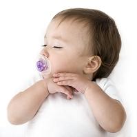 寝ている女の子の赤ちゃん
