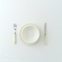 白いお皿とカトラリー