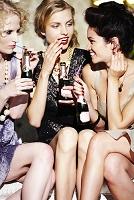 シャンパンボトルを持つ若い外国人女性