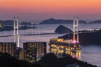 長崎県 豪華客船と女神大橋の夕景
