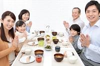 3世代日本人家族の朝食