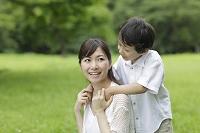 新緑の中のお母さんと男の子