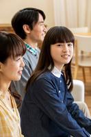 並んで座る笑顔の日本人家族