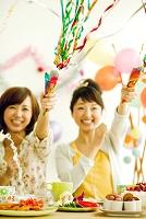 クラッカーを鳴らす若い日本人女性