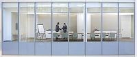 会議室で握手するビジネスマンたち
