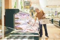 スーパーで買い物をするシニアの日本人男性