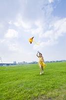 凧あげする女の子