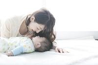 日本人の母親と赤ちゃん