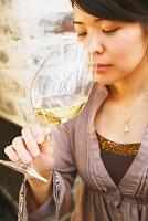 ワインテイストをする女性