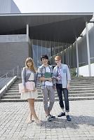 校舎の前で並んで立つ留学生と大学生