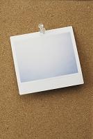 コルクボードに貼ったポラロイド写真