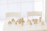 机の上に並んだ積み木の家