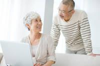 パソコンを見ている中高年夫婦