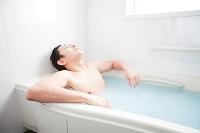 入浴する日本人男性