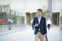 コーヒーカップを持つ若い日本人男性