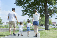 手を繋いで散歩する家族