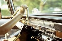 クラシックカーを運転する