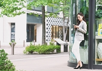街中で待ち合わせする日本人女性