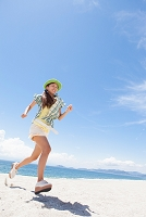 海岸を走っている笑顔の日本人女性