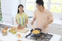 料理を楽しむ若い夫婦