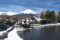 山梨県 忍野八海と富士山と雪