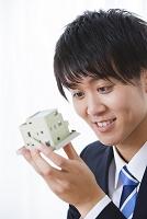 住宅模型を見る日本人ビジネスマン