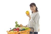 ショッピングカートを押し商品を選ぶ若い女性