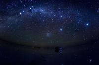 ボリビア ウユニ 雨期のウユニ塩湖に輝く南半球の夜空